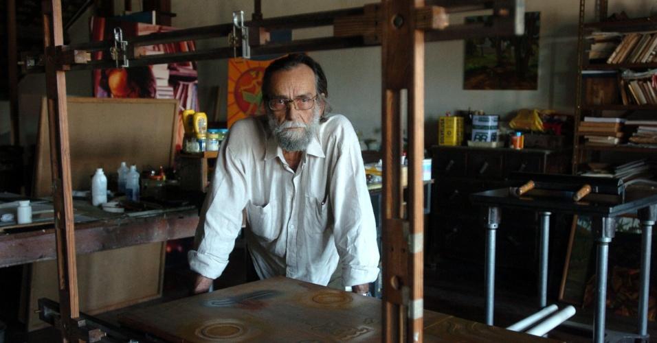 25.nov.2013 - O artista plástico Gilvan Samico em ateliê em Olinda (PE), em foto de 2004. Samico morreu nesta segunda-feira (25), aos 85 anos, em sua casa, em Recife (PE), vítima de um câncer na bexiga