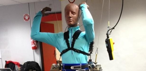 Exoesqueleto criado pelo cientista Miguel Nicolelis transforma impulsos cerebrais do paciente em movimentos