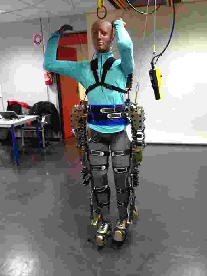 25.nov.2013 - O neurocientista Miguel Nicolelis divulgou as primeiras imagens do exoesqueleto que será usado por um jovem paraplégico para dar o pontapé inicial na abertura da Copa do Mundo de 2014. As fotos, segundo Nicolelis, foram tiradas em Paris, e mostram uma estrutura metálica presa a um boneco. O exoesqueleto será controlado por sinais biológicos do cérebro para dar uma resposta tátil ao usuário, isto é, a veste robótica fará com que as pessoas tenham a impressão de sentir o chão enquanto caminham - Reprodução/Facebook