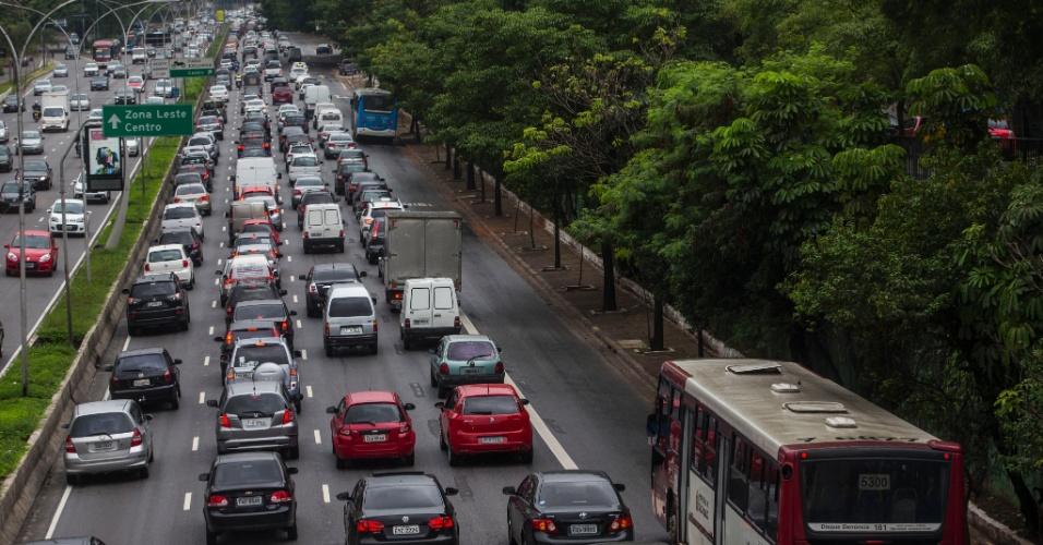 25.nov.2013 - Ônibus trafegam em faixa exclusiva na avenida 23 de Maio, no Paraíso, zona sul de São Paulo. A cidade de São Paulo registrou nesta segunda-feira (25) a maior lentidão no trânsito deste ano para o período da manhã. Segundo a CET (Companhia de Engenharia de Tráfego), às 10h a cidade estava com 156 km de vias congestionadas, o que equivale a 17,9% das vias monitoradas