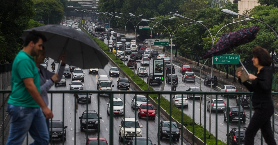 25.nov.2013 - Sob chuva, pedestres caminham no viaduto Tutoia, no Paraíso, zona sul de São Paulo, de onde se vê a avenida 23 de Maio bastante congestionada. A cidade de São Paulo registrou nesta segunda-feira (25) a maior lentidão no trânsito deste ano para o período da manhã. Segundo a CET (Companhia de Engenharia de Tráfego), às 10h a cidade estava com 156 km de vias congestionadas, o que equivale a 17,9% das vias monitoradas