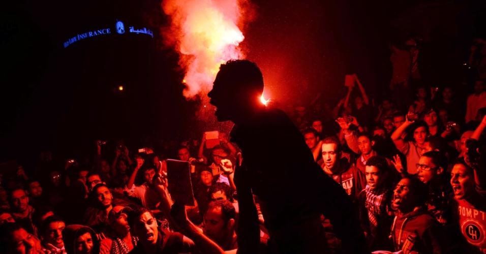 26.nov.2013 - Manifestantes egípcios usam sinalizadores na praça Talaat Harb, no centro do Cairo, nesta terça-feira (26), durante confronto com a polícia, após forças de segurança dispersarem pessoas que participavam de um protesto organizado pelo grupo de direitos humanos