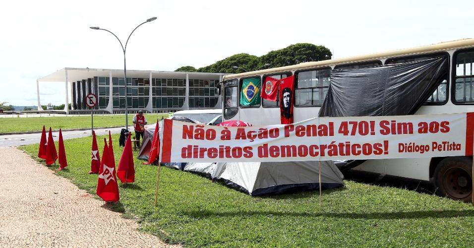 26.nov.2013 - Militantes do PT que estavam acampados em frente ao presídio da Papuda em solidariedade aos condenados do mensalão presos no local mudam o local do acampamento e agora protestam próximo à sede do STF (Supremo Tribunal Federal)