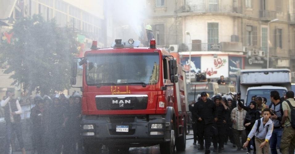 26.nov.2013 - Polícia dispara canhões de água para dispersar as pessoas que protestavam contra uma nova lei que restringe manifestações, no centro do Cairo, Egito