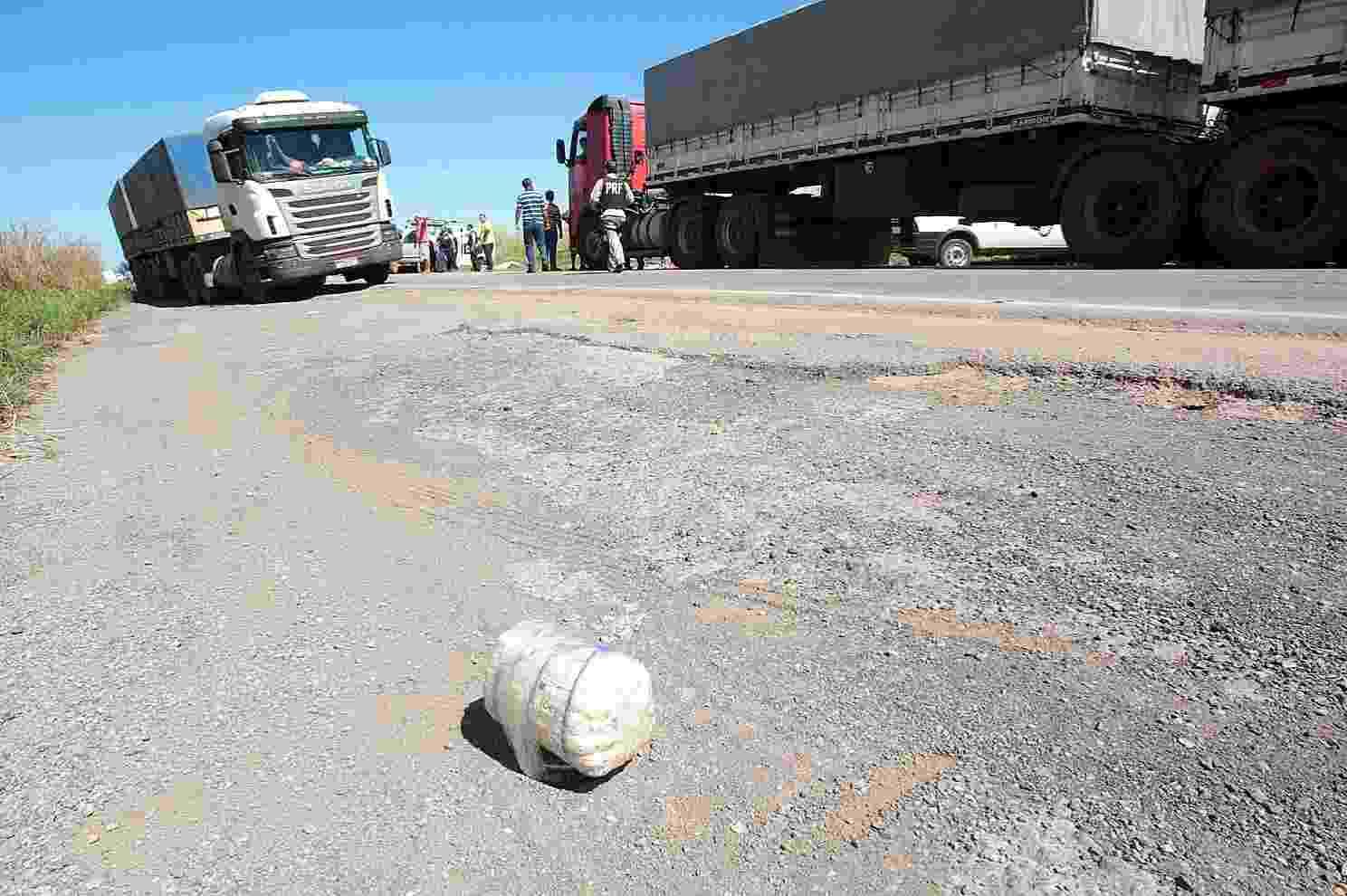 26.nov.2013 - Bandidos assaltam carro forte na BR-163, próximo ao Posto Gil, no Mato Grosso - Lenine Martins/Secom-MT