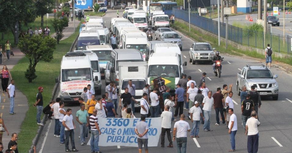 27.jun.2013 - Motoristas de vans fazem protesto na Barra da Tijuca, Rio de Janeiro, e fecham a Rodoviária Alvoráda