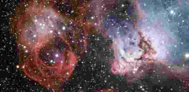 Esta nova imagem mostra nuvens de gás e poeira onde novas e quentes estrelas estão nascendo e esculpem seu redor com formas estranhas. Mas esta imagem também mostra os efeitos da morte de uma estrela - os filamentos criados por uma explosão de supernova (à esquerda) - ESO