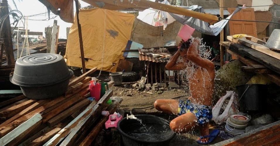 27.nov.2013 - Um homem toma banho entre os destroços de casas destruídas pelo tufão Haiyan, em Tacloban, na província de Leyte, na região central das Filipinas. O fenômeno climático atingiu o país no último dia 8, deixando 5.500 mortos e 3,5 milhões de deslocados. Segundo a ONG Médicos Sem Fronteiras (MSF), há locais que ainda não receberam nenhum tipo de ajuda humanitária após a passagem do tufão Haiyan