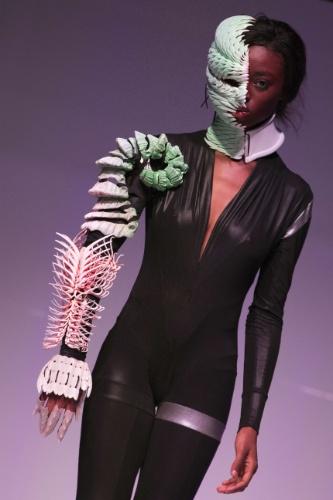 """Modelo exibe acessório criado pelo estilista Steven Ascensao durante desfile """"3D Print Show"""", realizado em Paris. A peça foi feita em uma impressora 3D"""