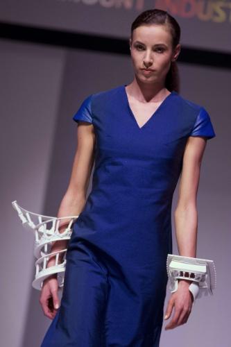 """Modelo veste braceletes feitos em impressora 3D durante desfile """"3D Print Show"""" em Paris, na França. O acessório foi criado pelo designer Joshua Demonte e impresso pela Paramount Industrie"""