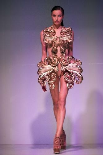 """Vestido feito em impressora 3D é exibido por modelo durante O """"3D Print Show"""", evento realizado em Paris (França). A peça foi desenhada pela estilista Silva Weidenbach"""