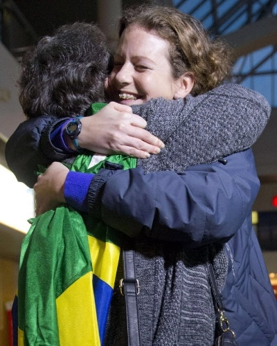 24.nov.2013 - A bióloga e ativista brasileira do Greenpeace, Ana Paula Maciel, abraça sua mãe, Rosaela Maciel, ao reencontrá-la no Aeroporto Internacional de Pulkovo, em São Petersburgo, na Rússia. Ana Paula foi libertada da prisão após pagar fiança de dois milhões de rublos -- o equivalente a R$ 138 mil. Ela foi presa junto com outros 29 ativistas da ONG ambientalistas quando o