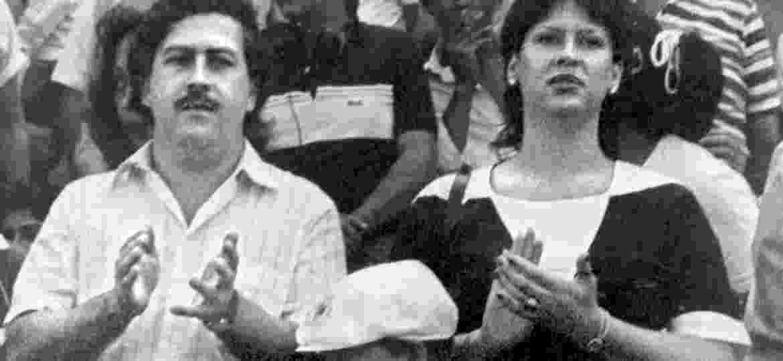 Pablo Escobar com sua mulher, Victoria Eugenia Henao, durante jogo de futebol em Medellín, na Colômbia - AFP