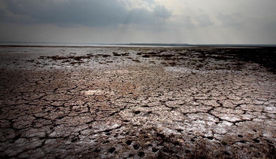 28.nov.2013- O maior lago de água doce situado em um deserto chinês encolheu um terço nos últimos 13 anos. o lago Hongjiannao, no norte da China, se estende por 32,16 quilômetros quadrados, menos da metade de seu tamanho em 1969 e dois terços de sua área no ano 2000.