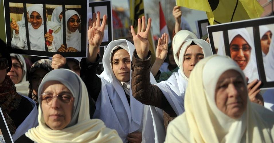 29.nov.2013 - Em Istambul, na Turquia, mulheres participaram nesta sexta-feira (29) de uma manifestação a favor de Mohamed Mursi, presidente deposto do Egito. Realizada em frente à mesquita Fatih, a manifestação também representou um apoio aos líderes da Irmandade Muçulmana presos no Egito