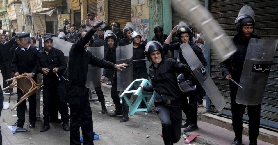 30.nov.2013 - Ativistas e simpatizantes de Ahmed Maher, fundador do Movimento 6 de abril, entram em confronto com forças de segurança fora do tribunal Abdeen, no Cairo, Egito. Maher, um símbolo da revolta popular que derrubou o regime do presidente Hosni Moubarak em 2011 está preso acusado de