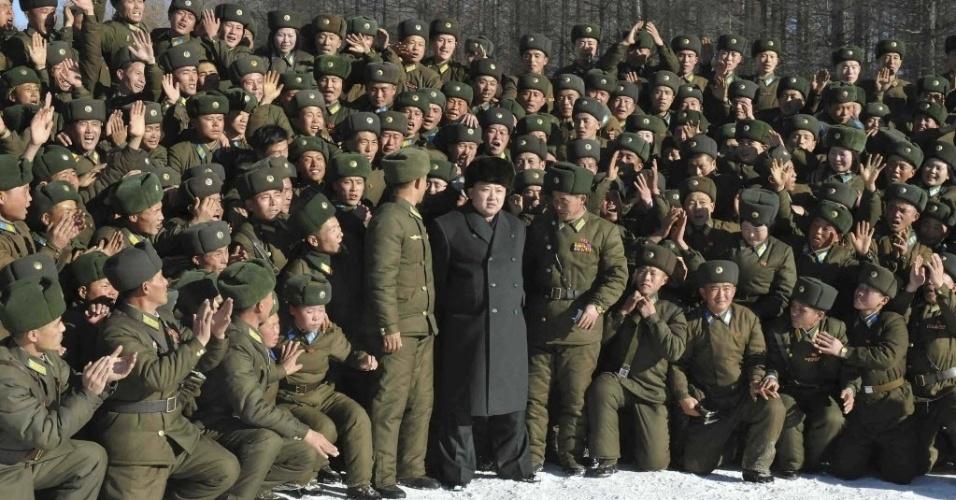 30.nov.2013 - Em foto divulgada neste sábado (30) pela agência oficial do governo norte-coreano, o líder do país, Kim Jong-um, visita unidade do exército e da força aérea para parabenizá-los pelo dia do soldado aéreo