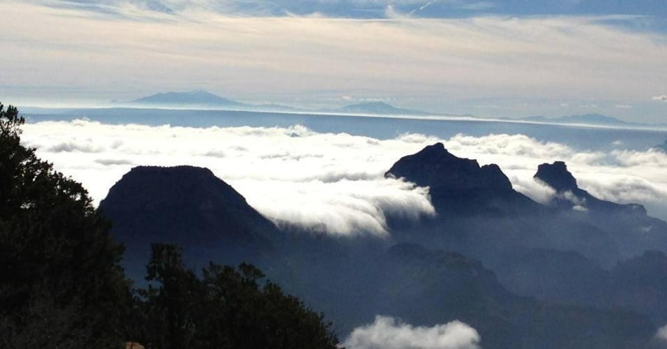 30.nov.2013 - Na última sexta-feira (29), os desfiladeiros do Grand Canyon estavam cheios de névoa devido a uma rara inversão de temperatura, que acontece quando o ar quente, em altitudes maiores, forma uma camada que mantém o ar frio e a poluição embaixo. Uma inversão completa é incomum e acontece apenas a cada 10 anos, aproximadamente