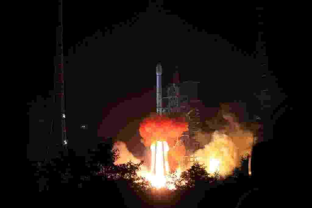 01.dez.2013 - China lança foguete portador da sonda lunar Chang'e-3, no Centro Espacial de Xichang, província de Sichuan, sudoeste da China. Sonda deve chegar à Lua em meados de dezembro - Li Gang/Xinhua