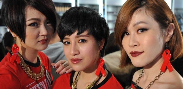 Em Taipei, capital de Taiwan, mulheres usam brincos com o símbolo do Dia Mundial de Combate a Aids