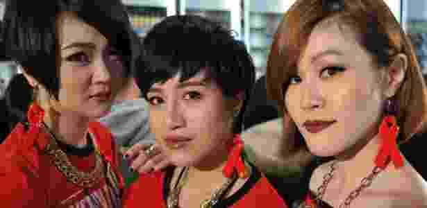 Em Taipei, capital de Taiwan, mulheres usam brincos com o símbolo do Dia Mundial de Combate a Aids - Mandy Cheng/AFP