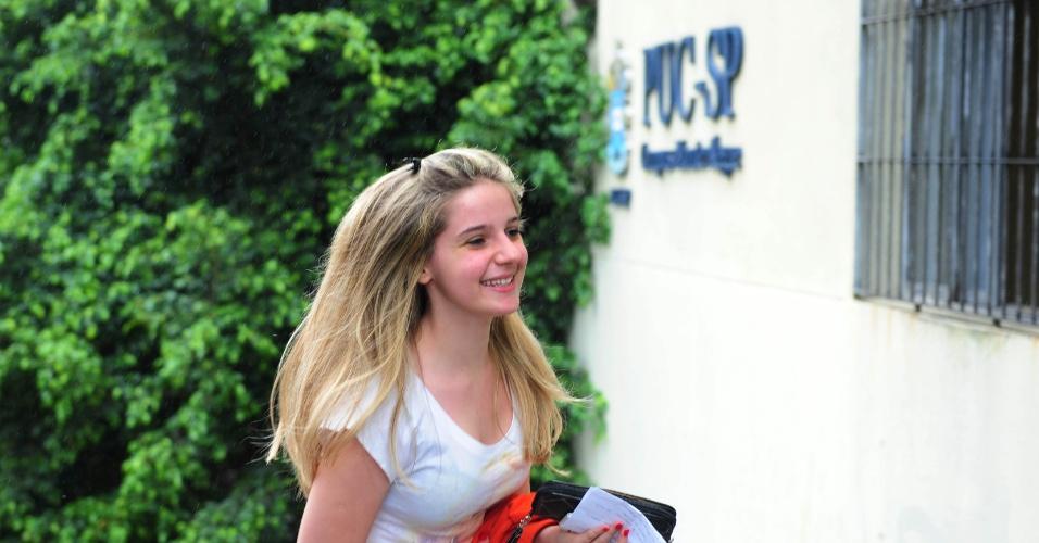 1º.dez.2013 - Candidata corre para não perder prova do vestibular 2014 da PUC-SP (Pontifícia Universidade Católica de São Paulo), que será realizada neste domingo (1º). O exame acontece das 14h às 19h, com permanência obrigatória de 3h na sala de prova