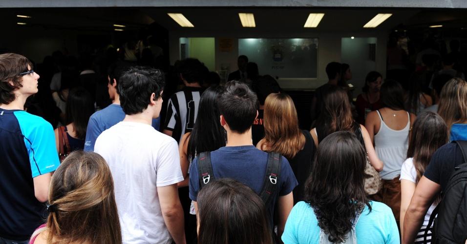 1º.dez.2013 - Candidatos aguardam o início das provas do vestibular 2014 da PUC-SP (Pontifícia Universidade Católica de São Paulo), que será realizado neste domingo (1º). A entrada nos locais de prova será permitido até as 13h45. O exame começa às 14h e terá duração de cinco horas, com permanência obrigatória de 3h