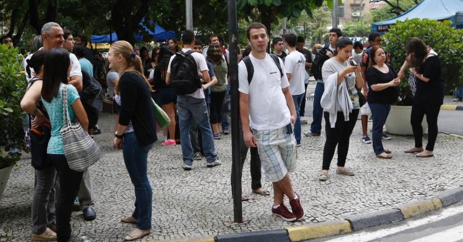 1º.dez.2013 - Candidatos aguardam o início do exame discursivo da Uerj (Universidade do Estado do Rio de Janeiro). A prova começa às 9h e terá duração de 5h