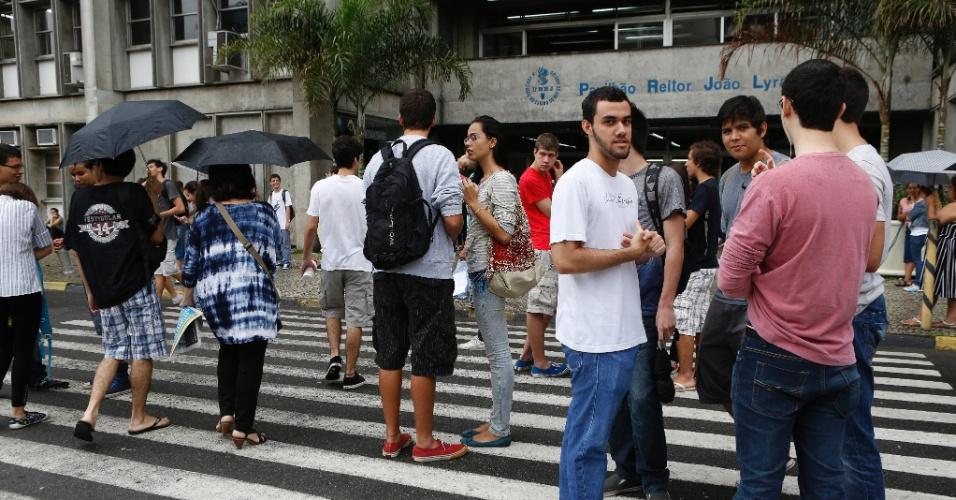 1º.dez.2013 - Candidatos aguardam o início do exame discursivo da Uerj (Universidade do Estado do Rio de Janeiro). A prova começou às 9h e terá duração de 5h