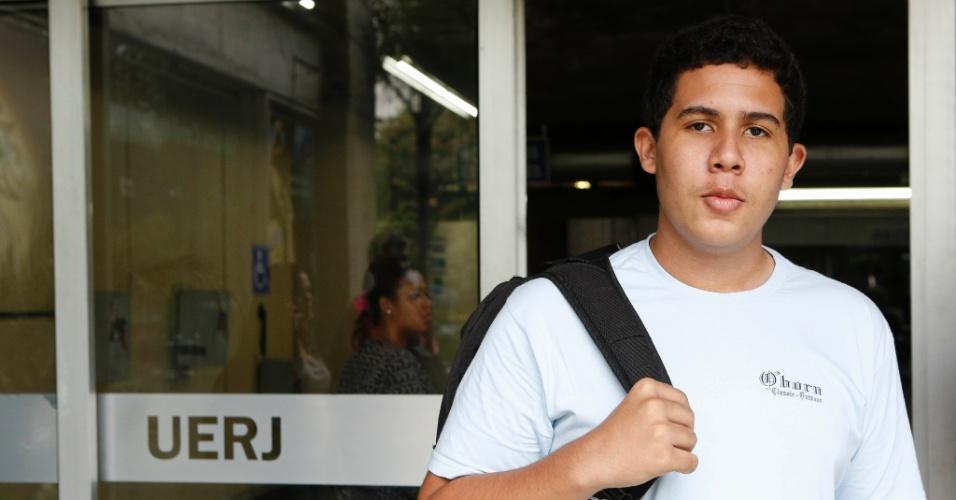 1º.dez.2013 - O estudante Iury Bastos, 17, fez o exame discursivo da Uerj (Universidade do Estado do Rio de Janeiro) neste domingo (1º) e achou a prova de matemática fácil. Ele quer fazer o curso de ngenharia mecânica
