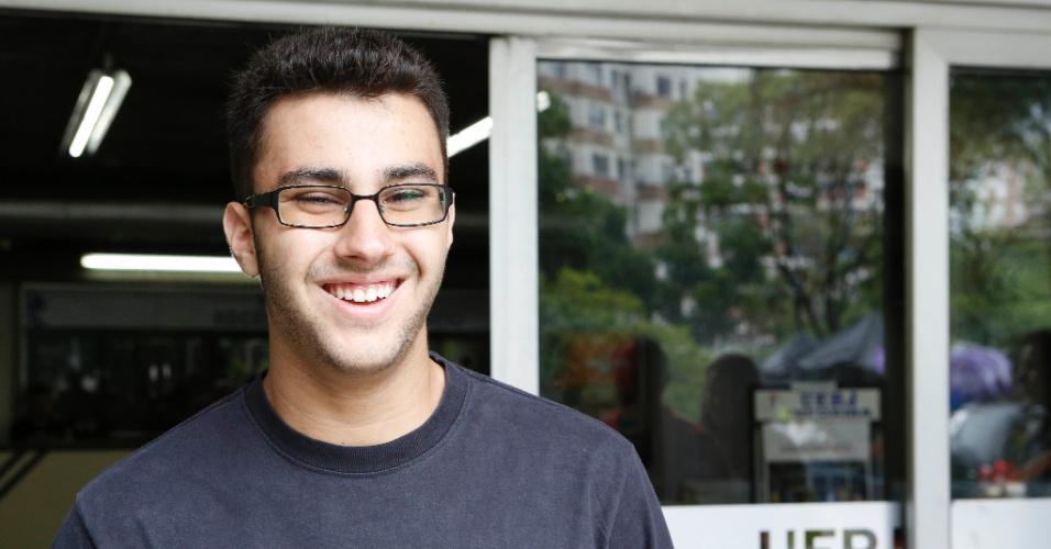 1º.dez.2013 - O estudante Lucas Gomes, 17, achou que a prova do exame discursivo da Uerj (Universidade do Estado do Rio de Janeiro) estava fácil. Ele quer cursar engenharia química e fez vestibular pela experiencia