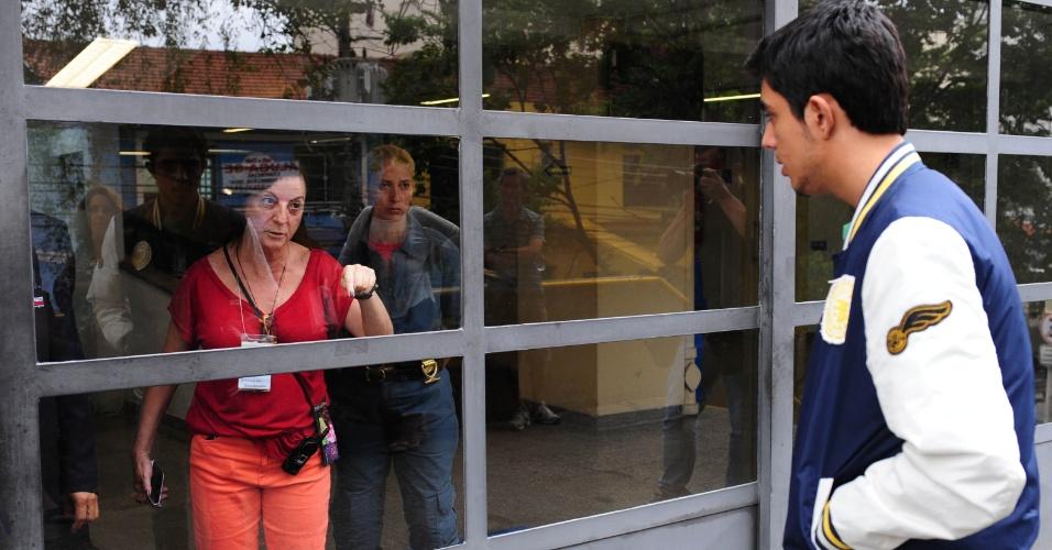 1º.dez.2013 - Portões do campus Monte Alegre da PUC-SP (Pontifícia Universidade Católica de São Paulo) são fechados por volta das 13h45, mas reabrem às 14h para entrada dos últimos candidatos