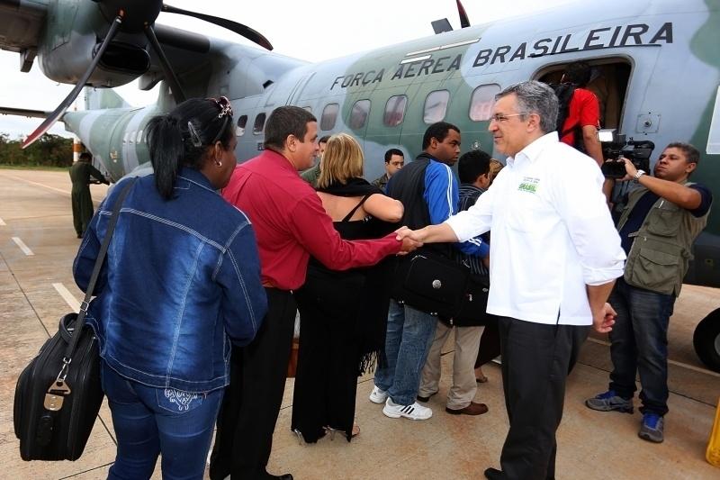30.nov.2013 - Em Brasília (DF), o ministro da Saúde, Alexandre Padilha, acompanha a partida dos médicos cubanos, encaminhados aos locais onde atuarão pelo programa Mais Médicos