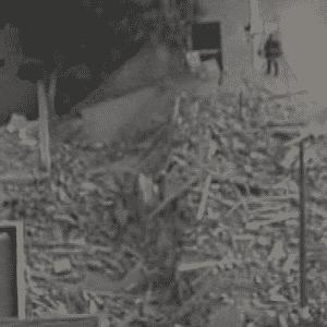 2.dez.2013 - Um prédio residencial em construção desabou no início da noite desta segunda-feira (2) em Guarulhos (SP). Localizado na av. Presidente Humberto Castelo Branco, o prédio desabou por volta das 19h20. Suspeita-se que 13 pessoas estejam soterradas nos escombros - Reprodução/Record