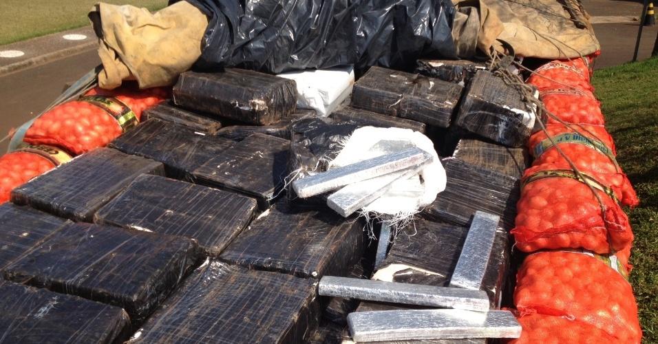2.dez.2013 - A Polícia Federal deflagrou na manhã desta segunda-feira (2) a Operação Piloto com o objetivo de prender os chefes de um esquema internacional de tráfico de drogas na região da fronteira com o Paraguai, nos Estados do Paraná e Mato Grosso do Sul. Em sete meses de investigações foram efetuadas 67 prisões em flagrante - e apreendidas 49 toneladas de maconha, 383 quilos de cocaína, 125 quilos de crack, além armas, veículos e dinheiro