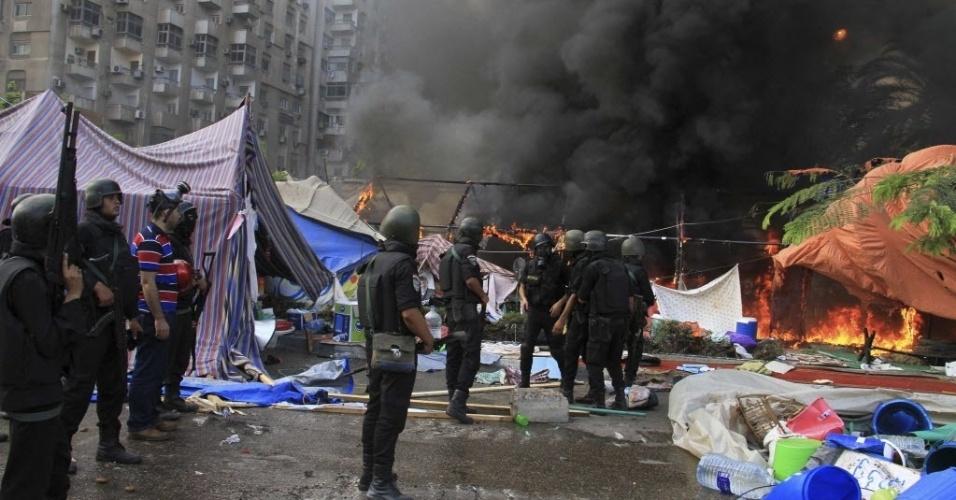 2.dez.2013 - Polícia limpa área onde membros da Irmandade Muçulmana e simpatizantes do presidente egípcio deposto, Mohamed Mursi, estavam acampados na praça Rabaa Adawiya, Cairo, Egito