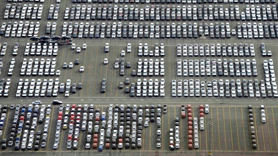 03.dez.2013 - Carros para exportação em estacionamento no porto da cidade de Bremerhaven, na Alemanha. As vendas de automóveis no país em 2013 chegaram aos níveis mais baixos dos últimos três anos - Fabian Bimmer/Reuters