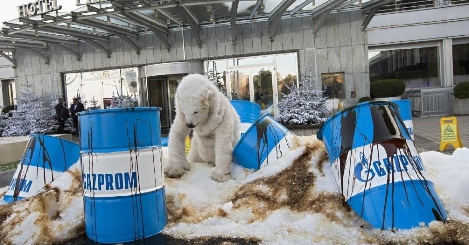 3.dez.2013 - Ativistas do Greenpeace disfarçado de urso polar protesta contra a empresa russa Gazprom, em frente ao hotel Presidente Wilson, onde acontece a conferência Global Energy, em Genebra, Suíça