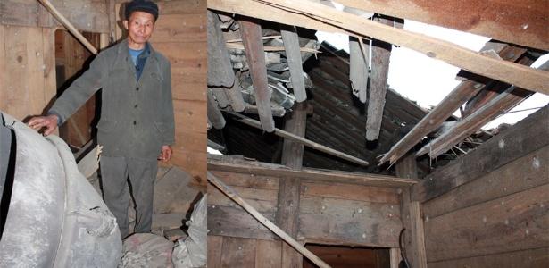 Chinês mostra destroços que caíram em sua casa de foguete que lançou missão do país para a Lua, no dia 1º de dezembro. Ao lado, destruição em sua casa, na província de Hunan. Os destroços do foguete caíram em um vilarejo mais de mil quilômetros de distância do local de lançamento, acertando duas casas - AFP