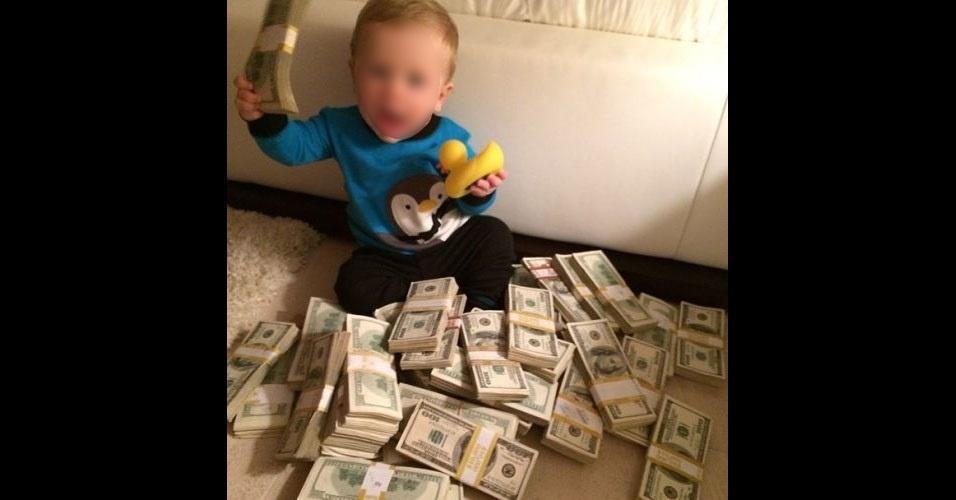Dan Bilzerian (@danbilzerian), 32, é um americano que vive em Los Angeles (EUA) e fez riqueza jogando poker. Bilzerian não esconde a quantidade de armas que possui em casa. Em uma entrevista reproduzida pelo site 'Daily Mail', Bilzerian disse que transformou seus primeiros US$ 10 mil (cerca de R$ 23,5 mil) em US$ 185 mil (R$ 436 mil) jogando poker em Las Vegas, EUA