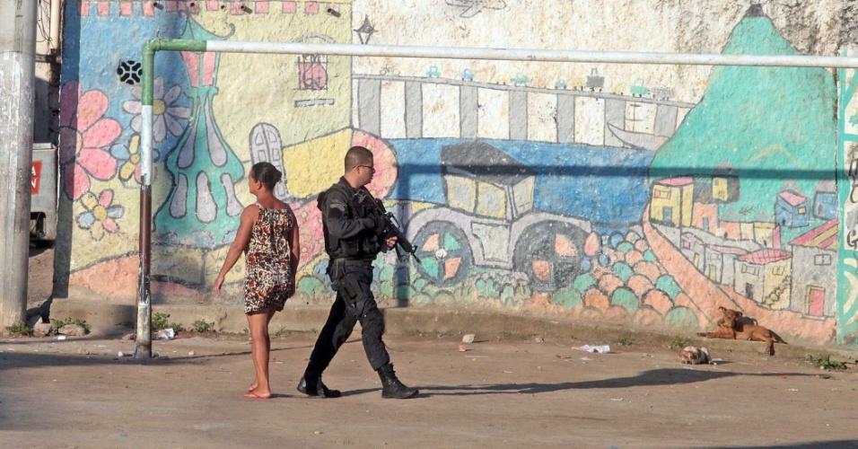 4.dez.2013 - A Polícia Militar do Rio de Janeiro realizou uma operação na manhã desta quarta-feira (4) em quatro comunidades de Niterói, na região metropolitana, visando a implantação de uma Companhia Destacada de Policiamento Ostensivo - que segue modelo semelhante ao das UPPs (Unidades de Polícia Pacificadora). A ação aconteceu nos morros do Palácio, Estado, Arroz e Chácara, consideradas as mais perigosas do município