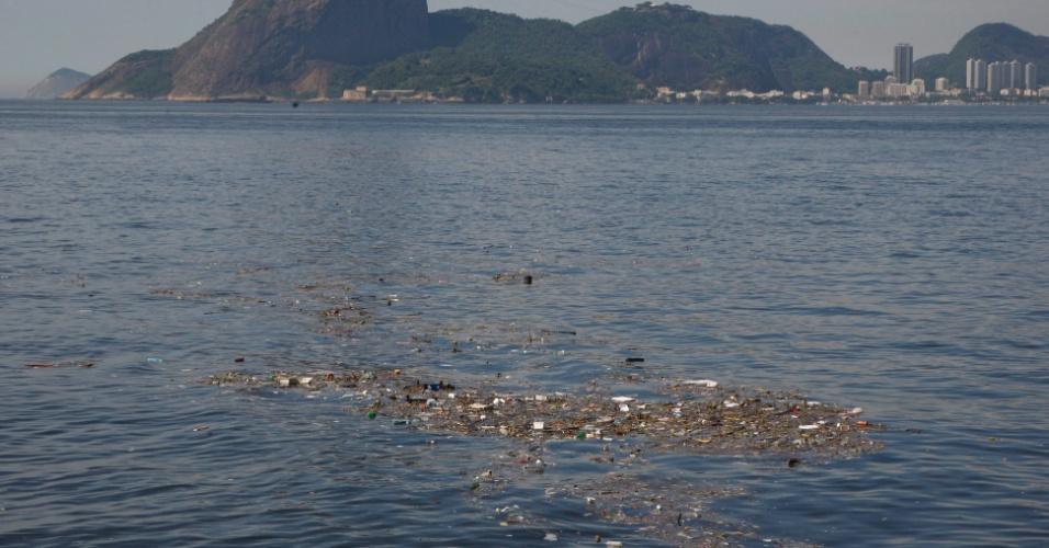 4.dez.2013 - Baía de Guanabara, no Rio de Janeiro, é vista com rastro de poluição nesta quarta-feira (4)