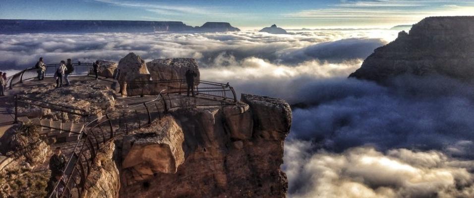 4.dez.2013 - Na última sexta-feira (29), os desfiladeiros do Grand Canyon estavam cheios de névoa devido a uma rara inversão de temperatura, que acontece quando o ar quente, em altitudes maiores, forma uma camada que mantém o ar frio e a poluição embaixo, mais próximos ao chão. Uma inversão térmica completa é incomum e acontece apenas a cada 10 anos, aproximadamente