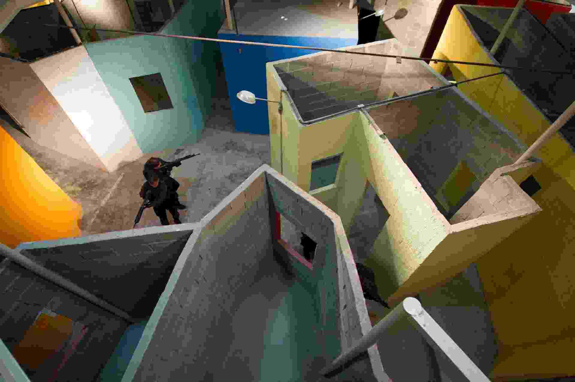 4.dez.2013 - Policiais civis do Core (Coordenadoria de Recursos Especiais) treinam invasão de favela cenográfica no Rio de Janeiro na terça-feira (3) - Christophe Simon/AFP