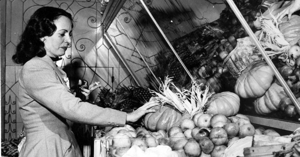 Casa Mappin Stores vende de tudo, desde sedas até generos indispensaveis as donas de casa. São Paulo (SP), 1952