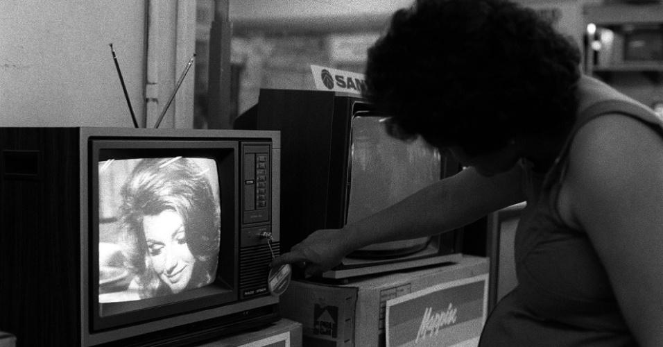 Cliente escolhe TV no setor de televisores nas lojas Mappin, em São Paulo (SP). (São Paulo (SP), 24.05.1995
