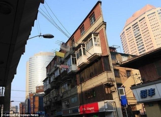 Esse prédio em Xangai, na China, pode ser, possivelmente, o mais estreito do mundo. A casa parece ser nada mais do que uma parede de tijolos. Por tratar-se de uma construção triangular, há um ponto em que se torna tão fina que os moradores não conseguem colocar uma cadeira na frente de suas janelas. Já pensou?!?