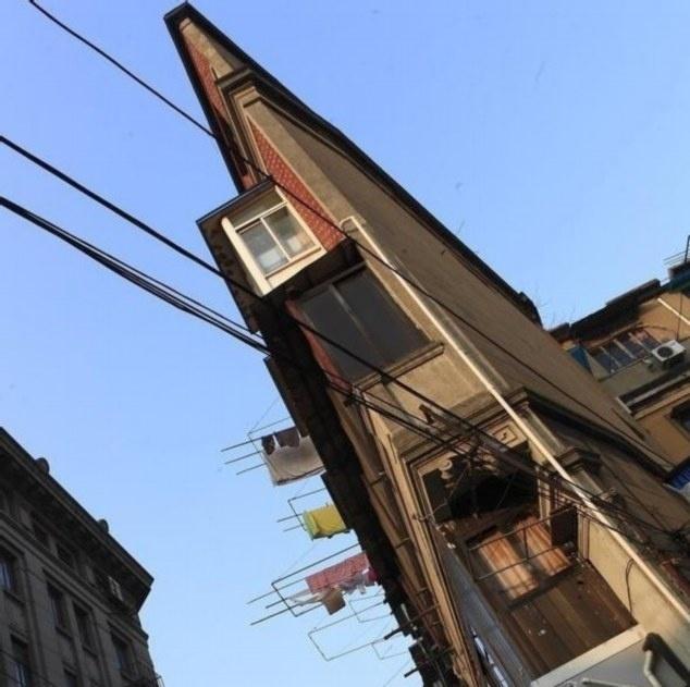 Esse prédio em Xangai, na China, pode ser o mais estreito do mundo. A casa parece ser nada mais do que uma parede de tijolos. Por tratar-se de uma construção triangular, há um ponto em que se torna tão fina que os moradores não conseguem colocar uma cadeira na frente de suas janelas. Já pensou?!?
