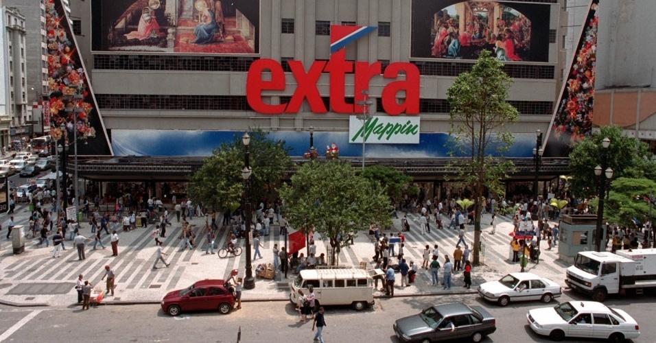 Fachada do Extra Mappin na praça Ramos de Azevedo. (São Paulo, SP, 29.11.1999)