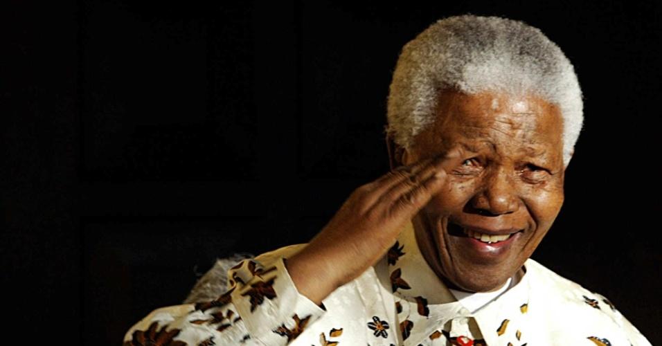 05.dez.2013 - O ex-presidente da África do Sul, Nelson Mandela, morreu aos 95 anos nesta quinta-feira (5) em sua residência, em Johannesburgo, onde havia sido levado no dia 1º de setembro após passar quase três meses internado para tratamento de uma infecção pulmonar